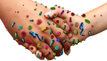 Микробы на руках под микроскопом